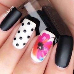 черно-белый маникюр с цветами
