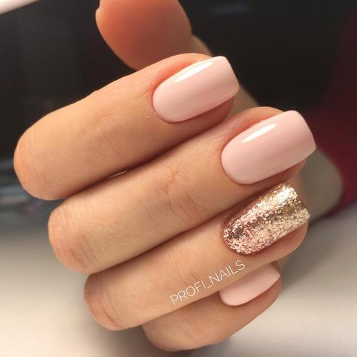 Нежно розовый маникюр с золотыми блестками