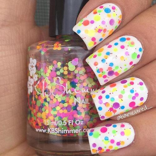 белые ногти с цветными точками