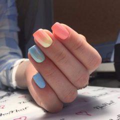пастельный розово голубой маникюр с эффектом омбре