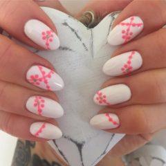 белые ногти с розовыми точками
