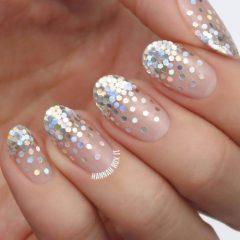 нюдовые ногти с блестками шестиугольниками