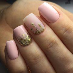 светло розовый маникюр с золотистым лаком на выпуск