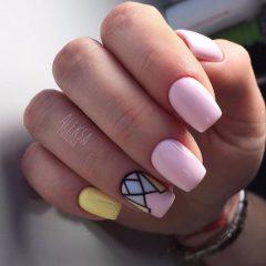 светло-розовый маникюр с цветными треугольниками