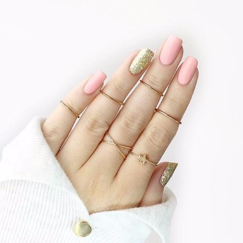 розовый маникюр с блестящим золотым ногтем