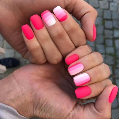 розовый матовый маникюр с градиентными полосками