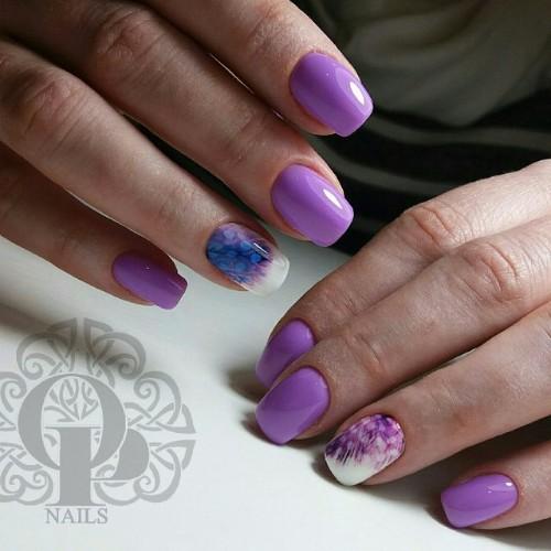светло-фиолетовый выпускной маникюр с перьями