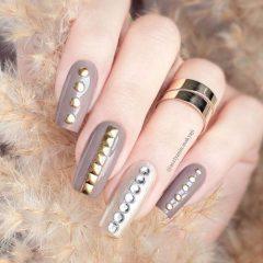 ногти оттенка нюд с металлическими заклепками для выпускного