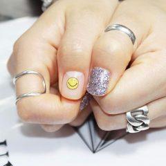 дизайн ногтей в школу смайлики