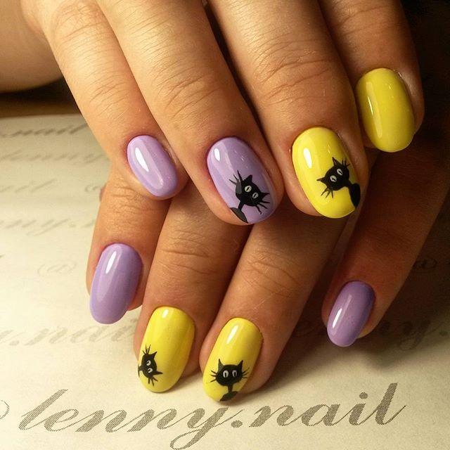 желто фиолетовый маникюр с фигурами кошек
