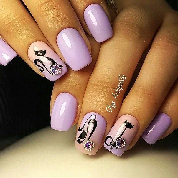 ногти с дизайном кошка фиолетовые