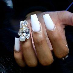 белый маникюр с большими камнями