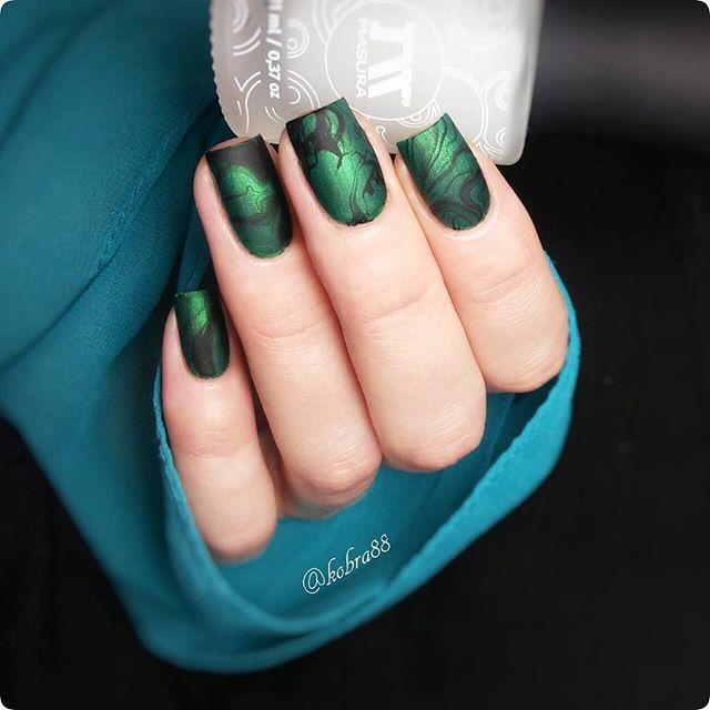 темный черно-зеленый маникюр с фольгой