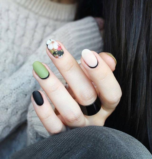 зеленый маникюр с цветами