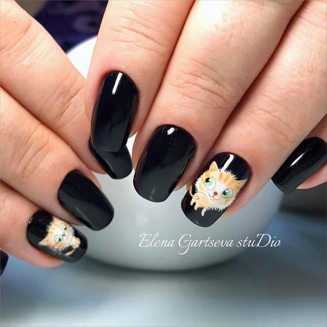 черный маникюр с котятами