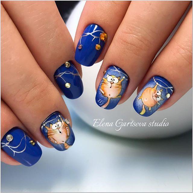 синие ногти с забавными рыжими котами