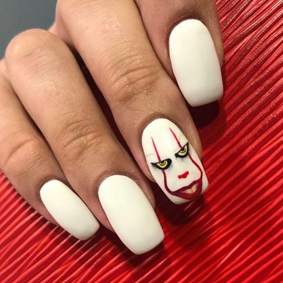 белый маникюр на хэллоуин с лицом клоуна оно