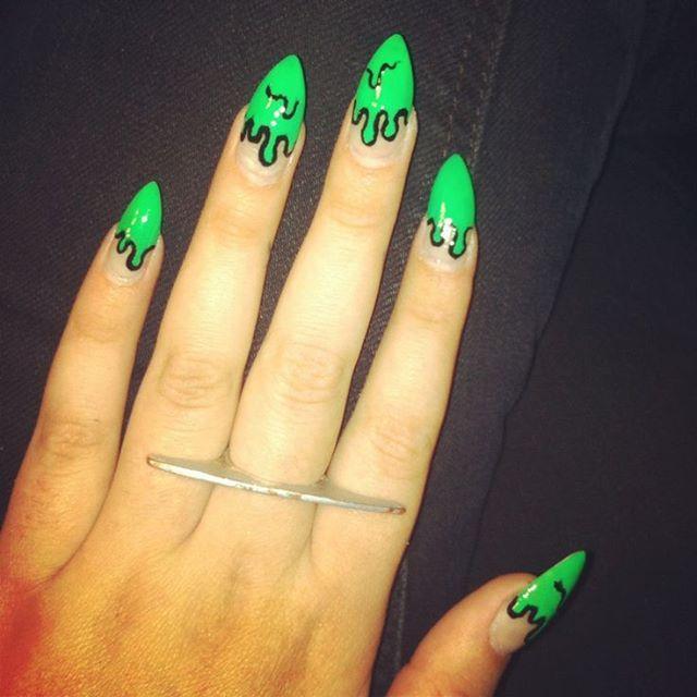 маникюр привидения с зелеными кончиками ногтей