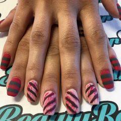 маникюр с красными ранами на ногтях