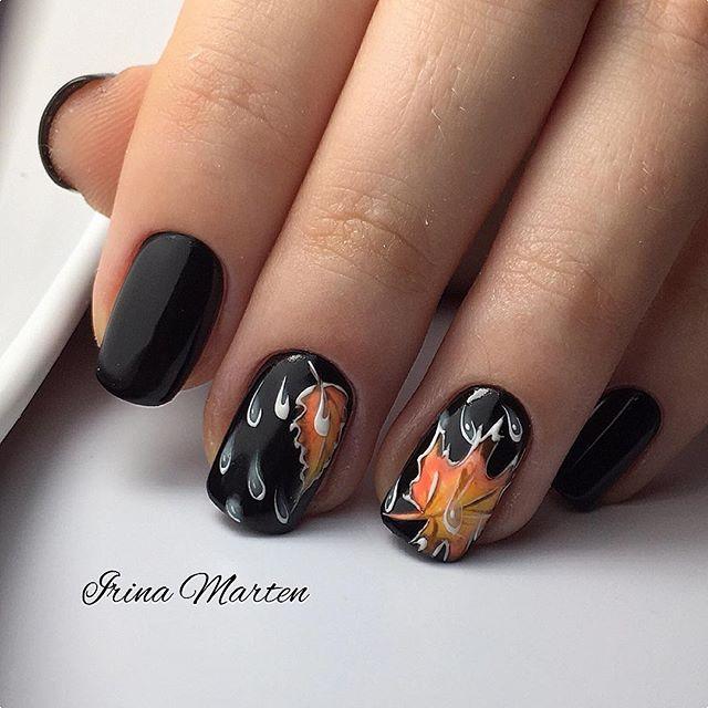 черный маникюр с каплями дождя и листьями