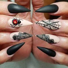 Черно-бежевый маникюр с объемным пауком и черным кружевом