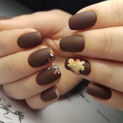 коричневый маникюр с листьями на осень