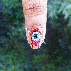 маникюр проколотый кровоточащий глаз с гвоздем
