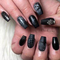 Черный страшный маникюр на Хэллоуин с паутиной, костями и луной
