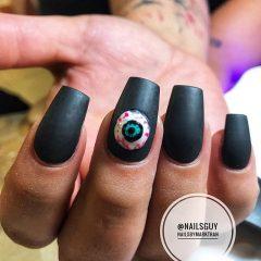 черный маникюр на хэллоуин с человеческим глазом