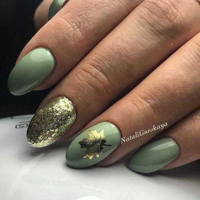 осенний светло-зеленый маникюр с золотым листком