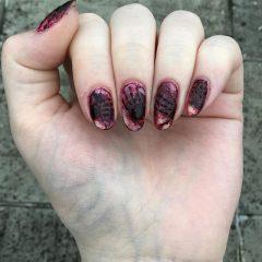 ногти с кровавыми отпечатками рук