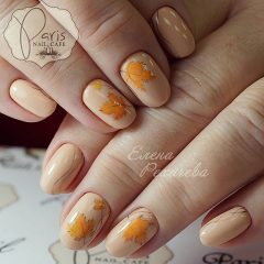 нюдовый осенний маникюр с оранжевыми кленовыми листьями