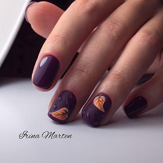 фиолетовый осенний маникюр с листьями и каплями дождя