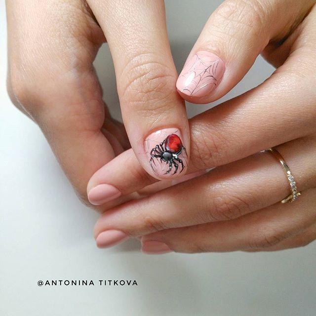 Бежевый нюдовый маникюр с красным пауком