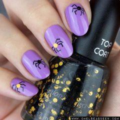Фиолетовый маникюр с пауками из блесток