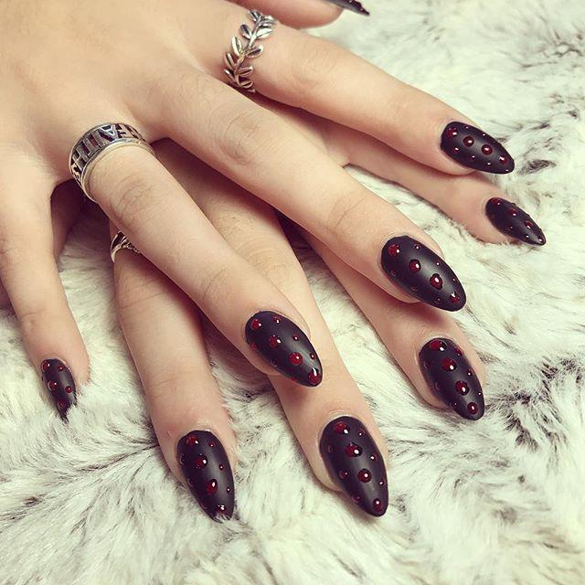 темный хэллоуинский маникюр с каплями крови
