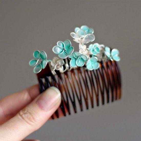 заколка с цветами из проволоки и лаков для ногтей