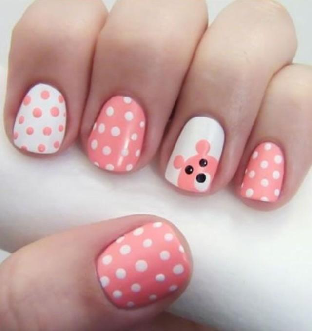 розово белый маникюр в горошек с мишкой