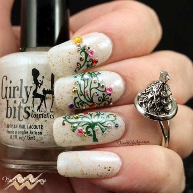 белый маникюр с блестками и елкой на трех ногтях