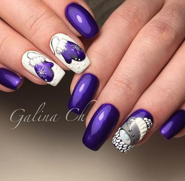 фиолетово белый маникюр с медведем и варежками