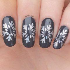 серый маникюр с серебряными снежинками