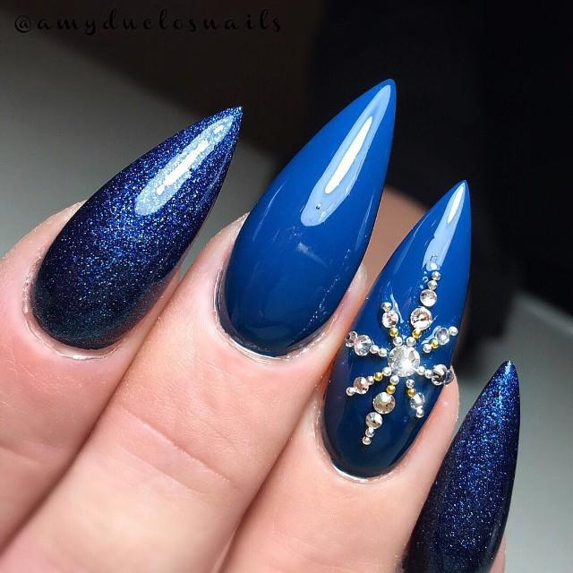 синий зимний маникюр со звездочкой из страз