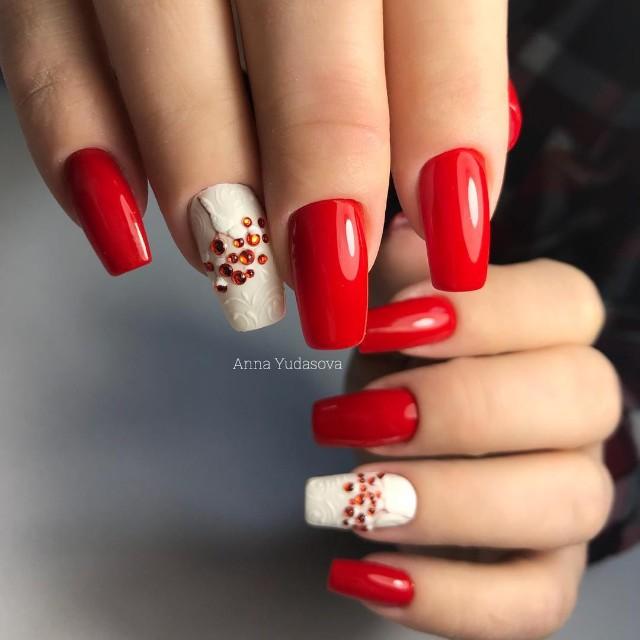красный маникюр на зиму с ягодами