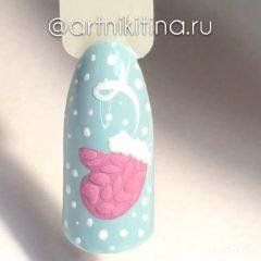 пастельно голубой маникюр с розовой варежкой