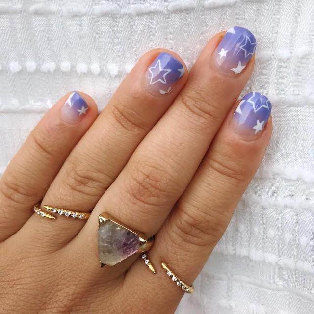 фиолетовый маникюр омбре со звездами на короткие ногти