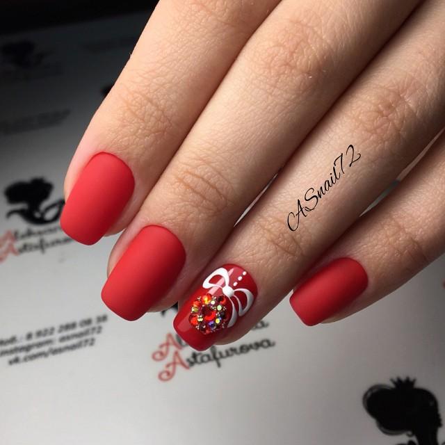матовый красный маникюр с нвогодним елочным шаром