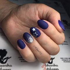 темно синий матовый маникюр с серебряными звездами