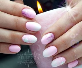 светло розовый новогодний маникюр со звездочками и блестками