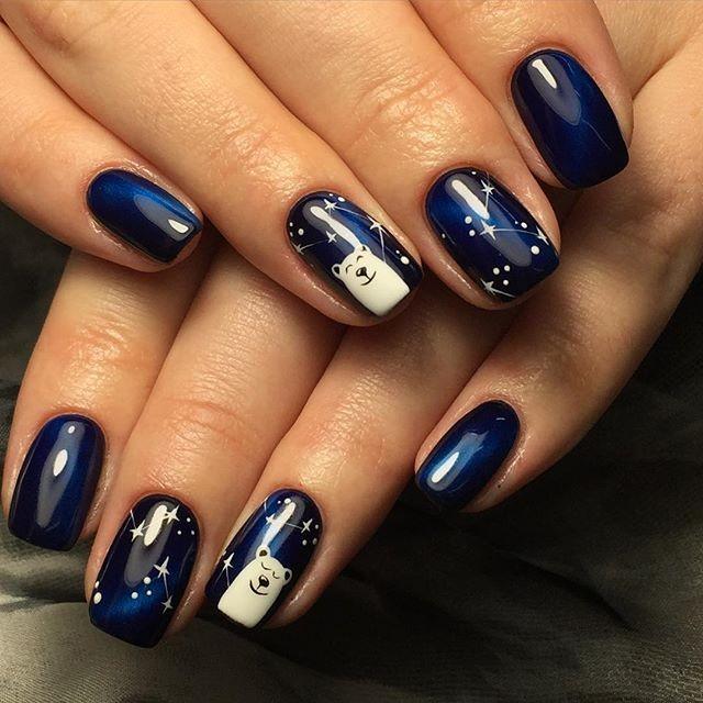 темно синий маникюр с белым медведем и звездами