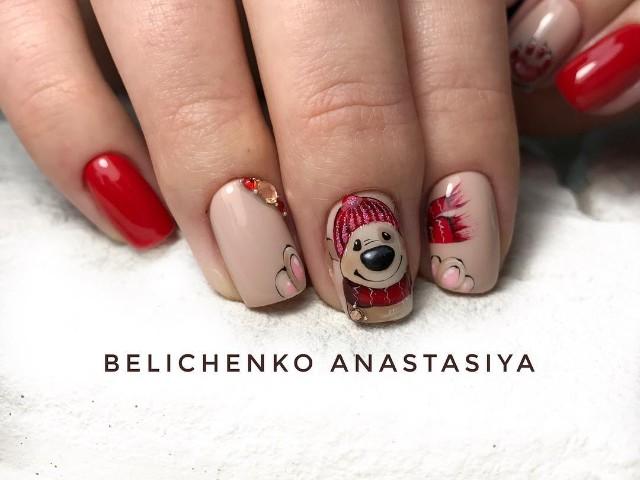 бежево красный маникюр с рождественским медведем